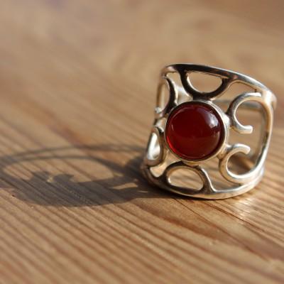 Opengewerkte ring met carneool