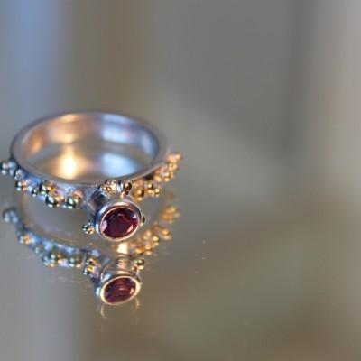zilveren ring met gouden bolletjes